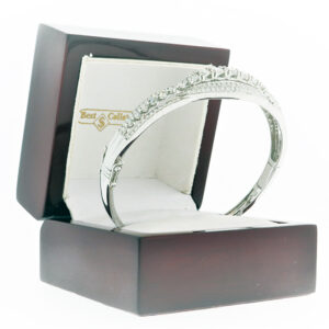 12.8G Ladies Small Bangle in 18K White Gold mounted in a case